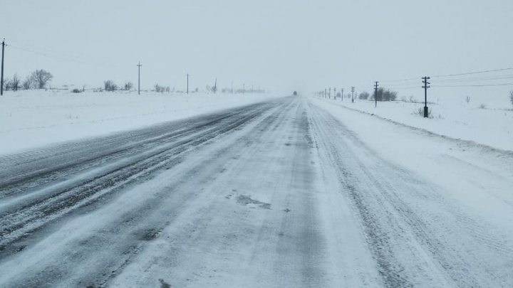 «К тяжело больному не проехала скорая»: дороги Волгоградской области закрывают из-за снегопада
