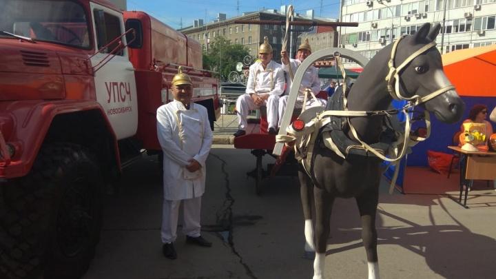 На улице Орджоникидзе устроили выставку старых пожарных машин с пластиковой лошадью