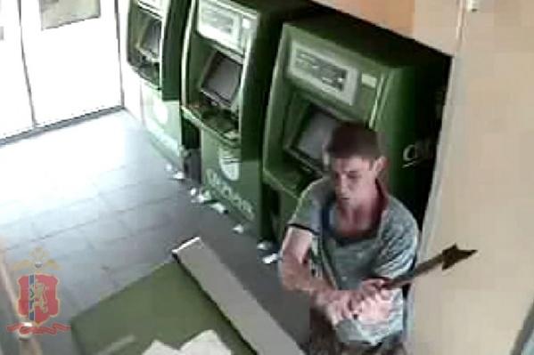 Мужчина достал из штанов топор и за несколько секунд разрушил четыре банкомата