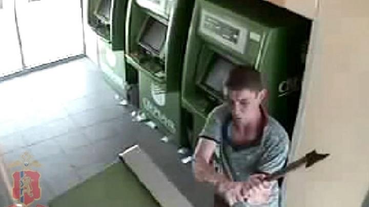 Вор-рецидивист за несколько секунд изрубил топором четыре банкомата