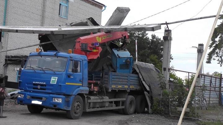 В Катайске местного жителя насмерть придавило бетонной плитой
