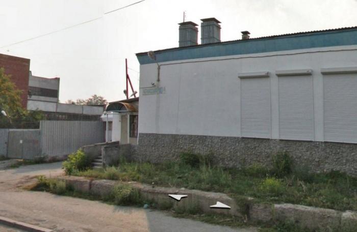 Новое помещение находится за этим зданием, на территории завода