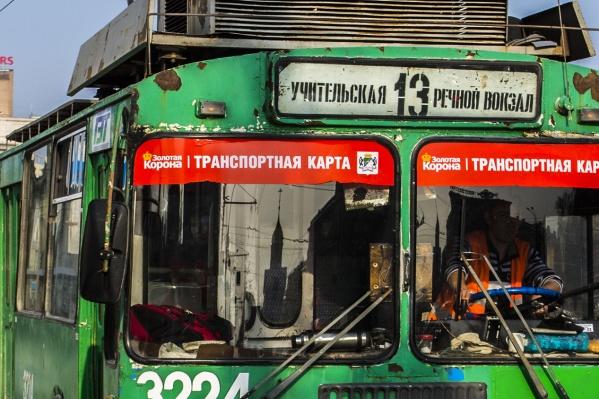 """Пассажирка не успела выйти на остановке — её зажало в дверях троллейбуса <nobr class=""""_"""">№ 13</nobr>. Травмы от дверей оказались смертельными"""