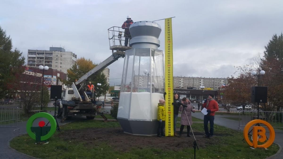 Для того чтобы измерить солонку, пригнали машину-вышку, установили рядом с арт-объектом и сняли размеры с помощью гигантской линейки
