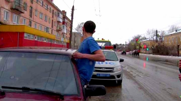 Попросил у полиции «дозу»: в Дзержинске сотрудники ГИБДД засняли на видео поимку наркомана-гонщика