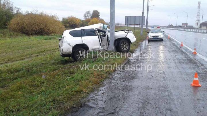 LandCruiser с мокрой трассы вылетел в столб по дороге в аэропорт
