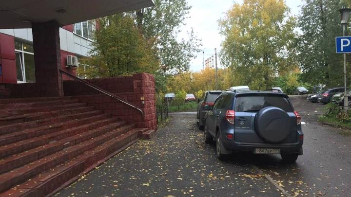 Под носом у администрации: я паркуюсь так, будто чиновников не существует