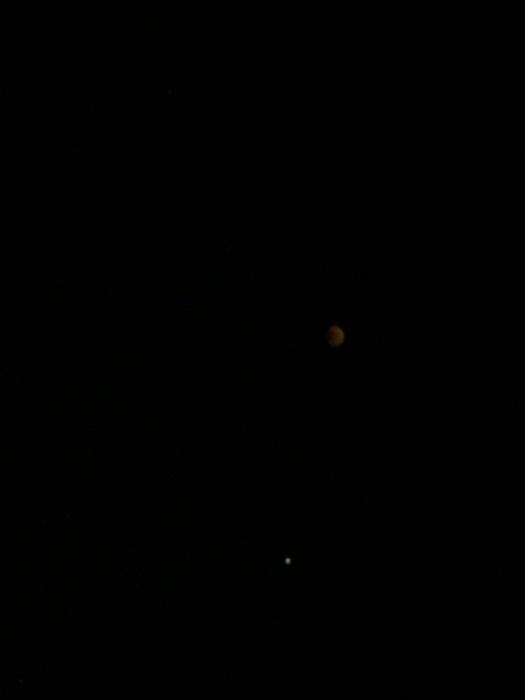 Маленькая точка снизу — это Марс