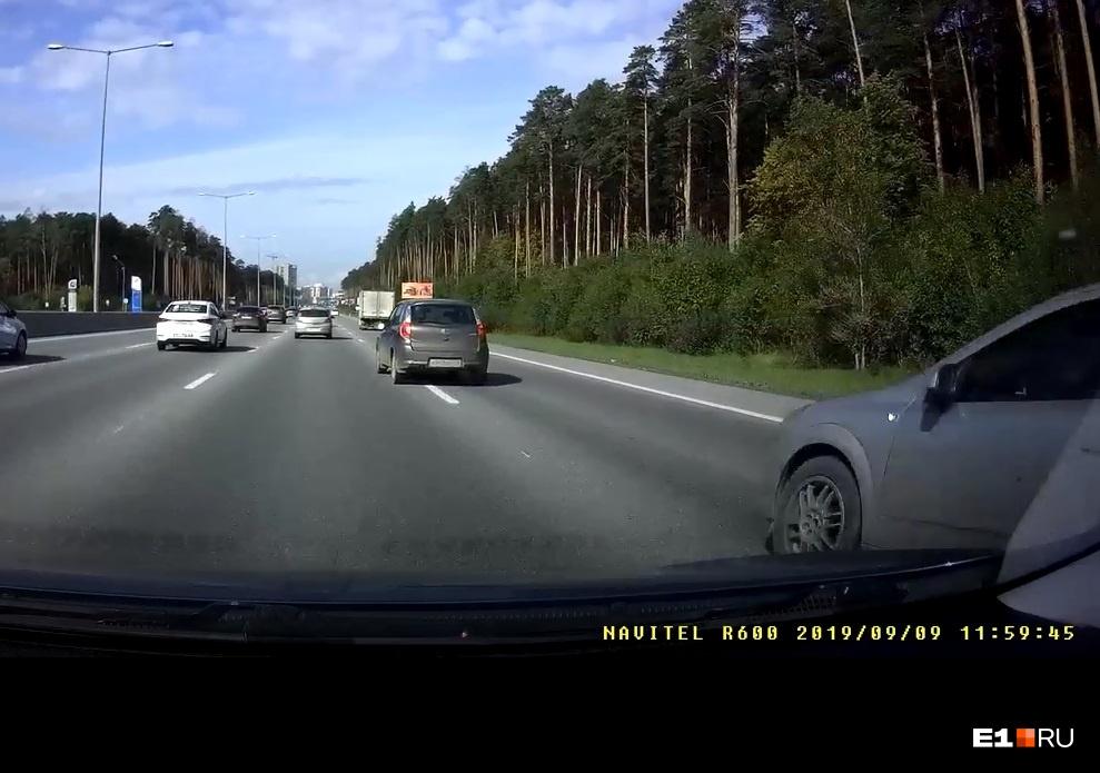 А в этом кадре Opel, догонявший Datsun сзади (и видевший начало его смещения), тоже лезет влево на полной скорости. Зачем? Водитель не понимает опасности своего маневра?