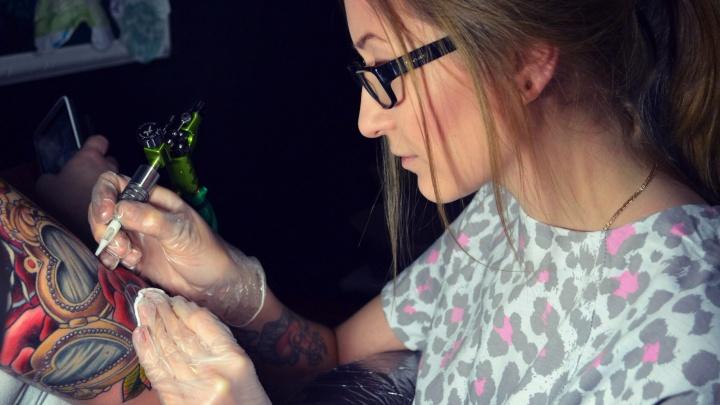 Омская учительница ИЗО стала татуировщицей и набивает рисунки с животными и мультперсонажами