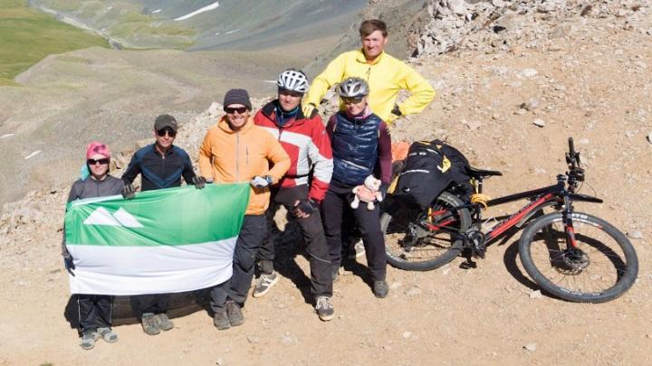 «Мечта — встретить уральского мишку»: «Велокурган» покоряет самую высокую гору Свердловской области