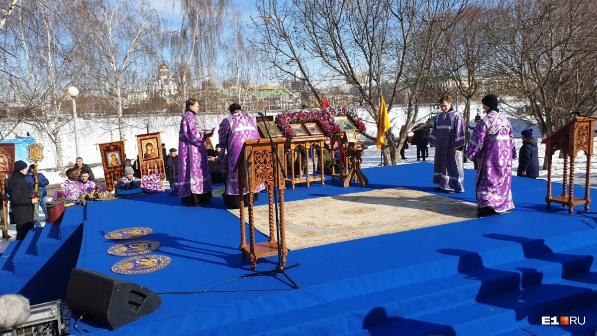Помолиться за храм святой Екатерины пришли восемь тысяч человек, в том числе известные актёры