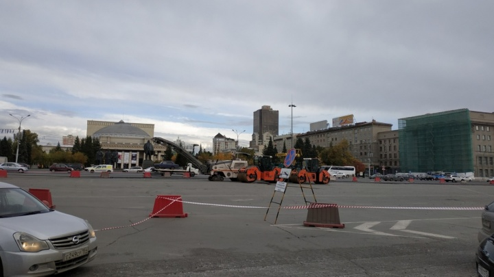 Фото: власти перекрыли парковку на площади Ленина