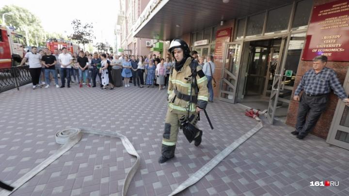 Пожарные эвакуировали 1500 человек изРИНХа в Ростове