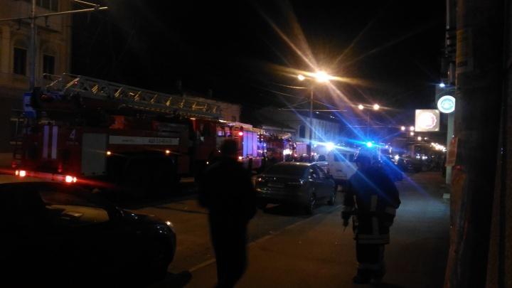 Фрунзе перекрыли: в историческом центре Самары опять горел частный дом