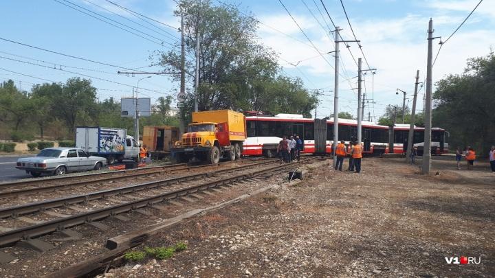 В Волгограде сошедший с рельс трамвай парализовал движение
