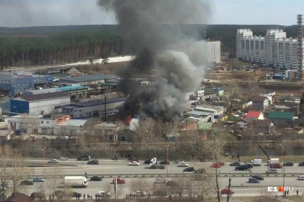В Екатеринбурге загорелось здание на улице Луганской