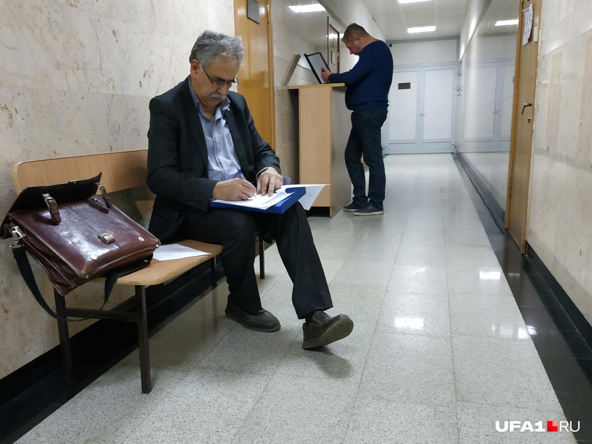 Андрей Шурухин (справа) пришел в суд, чтобы поддержать товарища морально