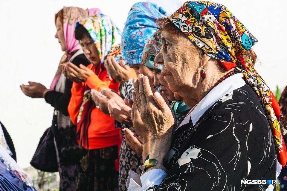 Кстати, у женщин на Курбан-байрам своя миссия: встретить главу семьи с щедро накрытым столом