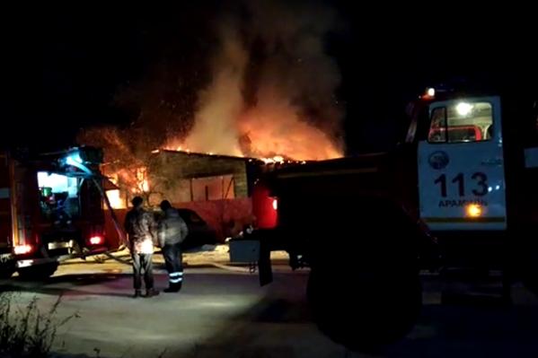 Огонь уничтожил дом и автосервис семьи