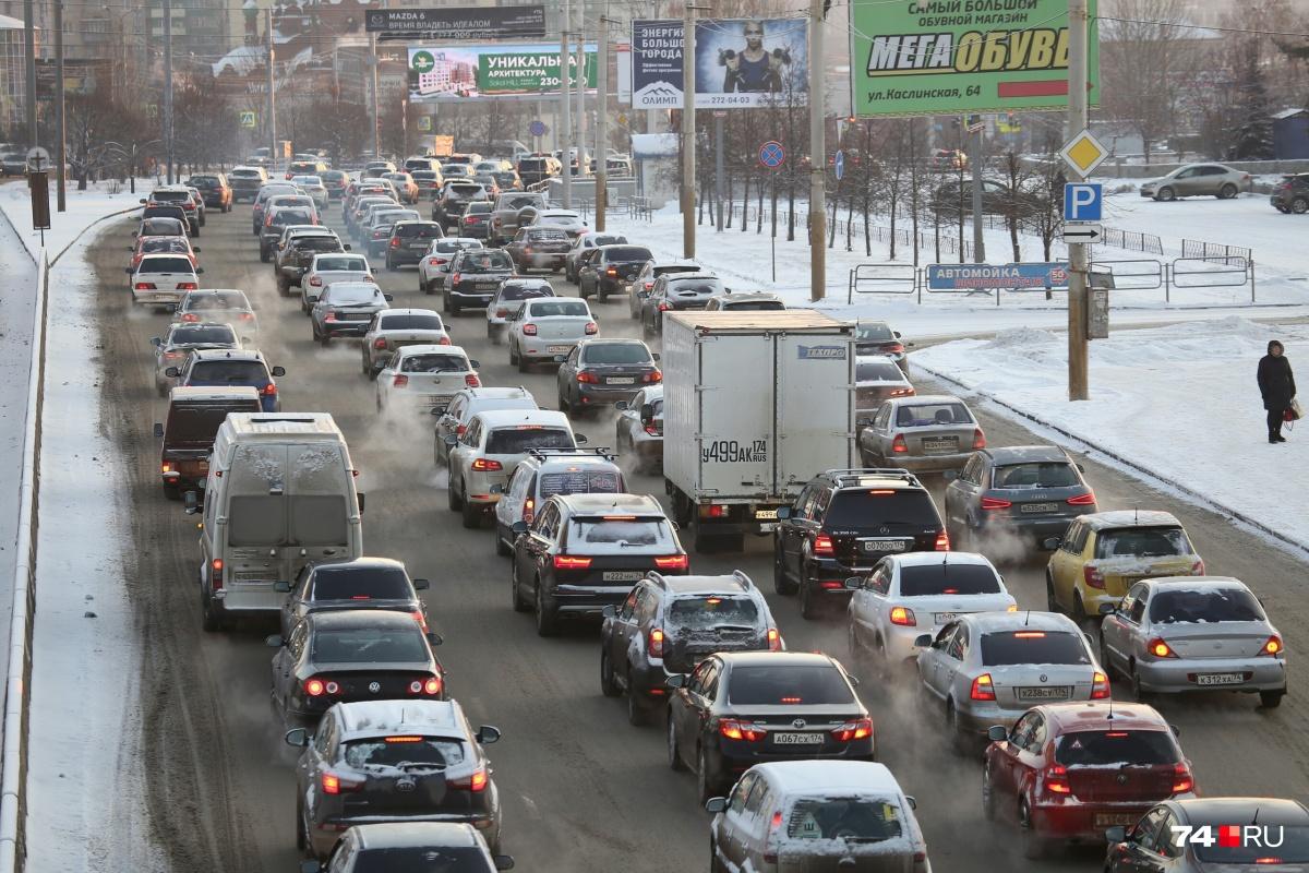 Челябинск стоит второе утро подряд на нечищеных дорогах