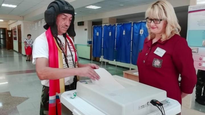 Житель Башкирии пришел на выборы в шлеме танкиста