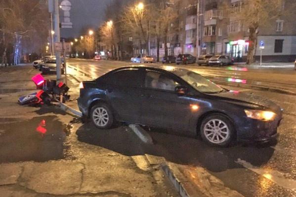 У автомобиля пробиты два колеса
