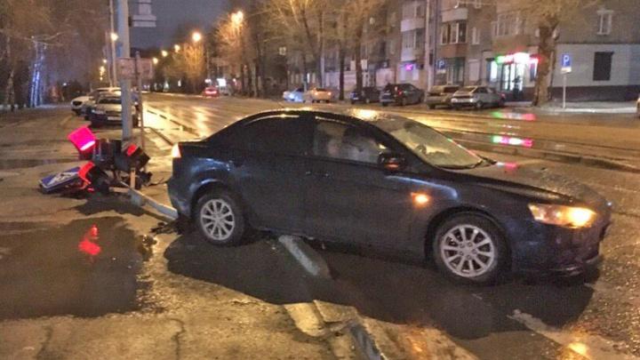 Не справился с управлением: в Ленинском районе водитель легковушки снёс светофор