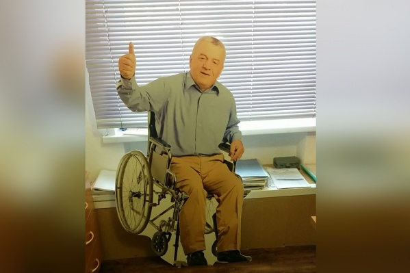 Этот пожилой «мужчина» будет круглосуточно дежурить на пешеходном переходе