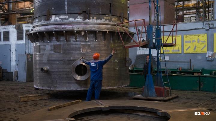 На екатеринбургском заводе рабочий лишился ноги, которую зажаломежду листами металла