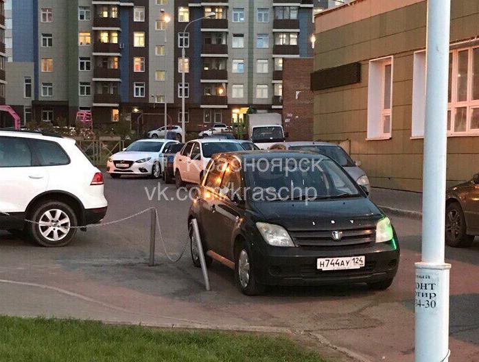Припаркованная водворе машина заблокировала проезд скорой