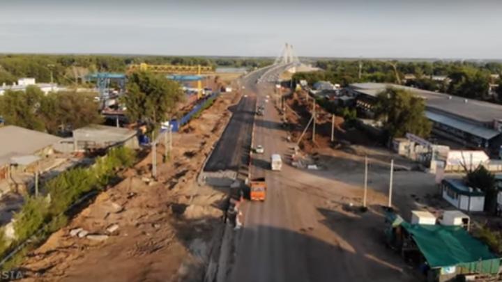 «Узкое горлышко» стало шире: у Кировского моста положили первые метры новой дороги