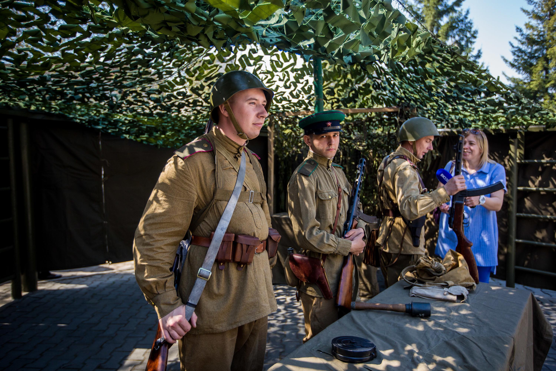После несколько молодых полицейских под руководством своих педагогов показали историческую реконструкцию боя времён Великой Отечественной войны