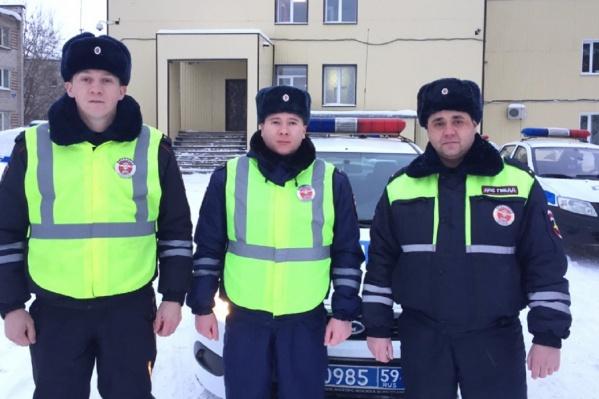 Трое госавтоинспекторов помогли семье, у которой заглохла машина
