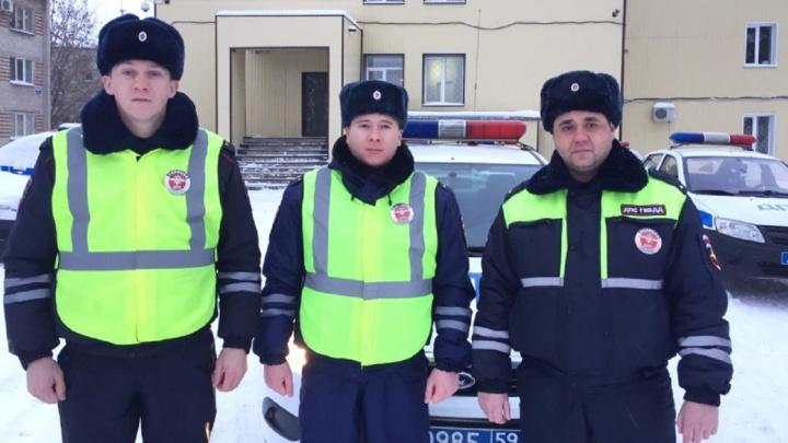 В Прикамье инспекторы ДПС помогли семье, у которой на трассе заглох автомобиль