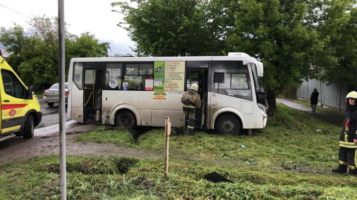 В Омске «Субару» врезалась в автобус: пострадали трое омичей