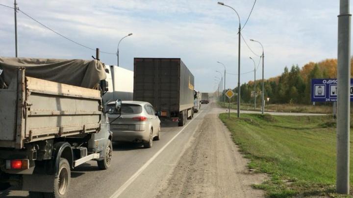 «Стоим на месте 40 минут»: на подъезде к аэропорту Толмачёво скопилась огромная пробка