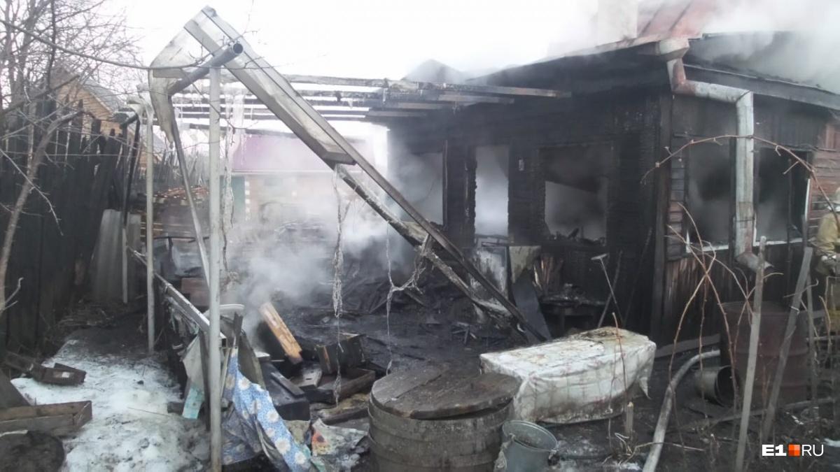 Огонь не успел перекинуться на соседние дома
