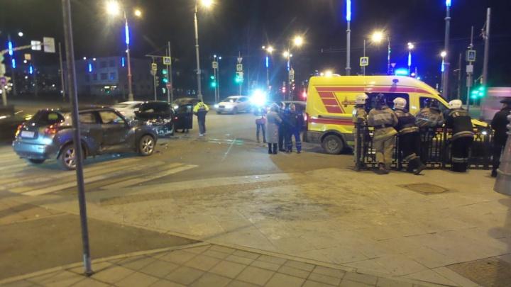На перекрёстке у площади Коммунаров столкнулись две иномарки, одну из них перевернуло набок