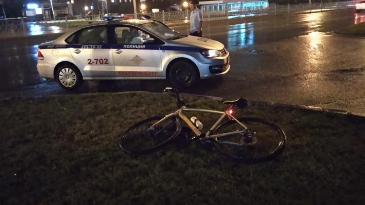 «Сейчас он в реанимации»: в Екатеринбурге ищут свидетелей падения 35-летнего велосипедиста