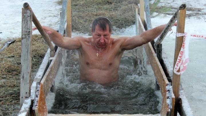 Крещение-2018: следим, как омичи окунаются в ледяную воду