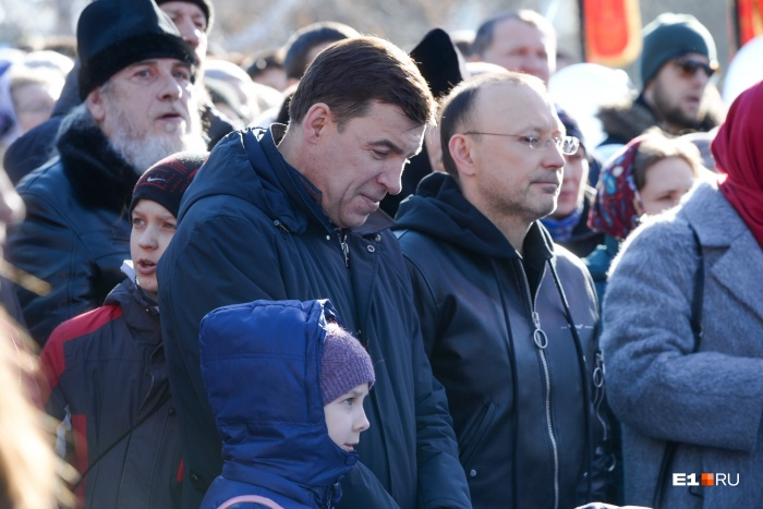 Евгений Куйвашев назвал ситуацию сложной, а совсем недавно он был в числе тех, кто пришел на молебен за храм