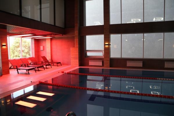 Возле бассейна находится коллагенарий с шезлонгами. Клуб работает с 6 утра и до часу ночи