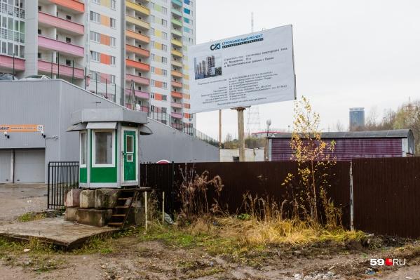 Стройка развернулась рядом с новым жилым комплексом