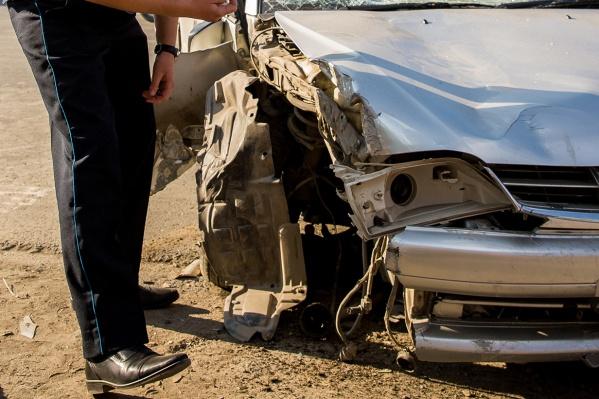В результате столкновения погиб водитель, трое пассажиров пострадало — среди них две девочки 12 и 17 лет