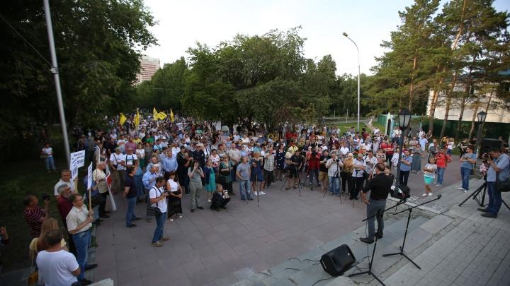 Двести новосибирцев устроили в Нарымском сквере митинг-концерт против повышения тарифов