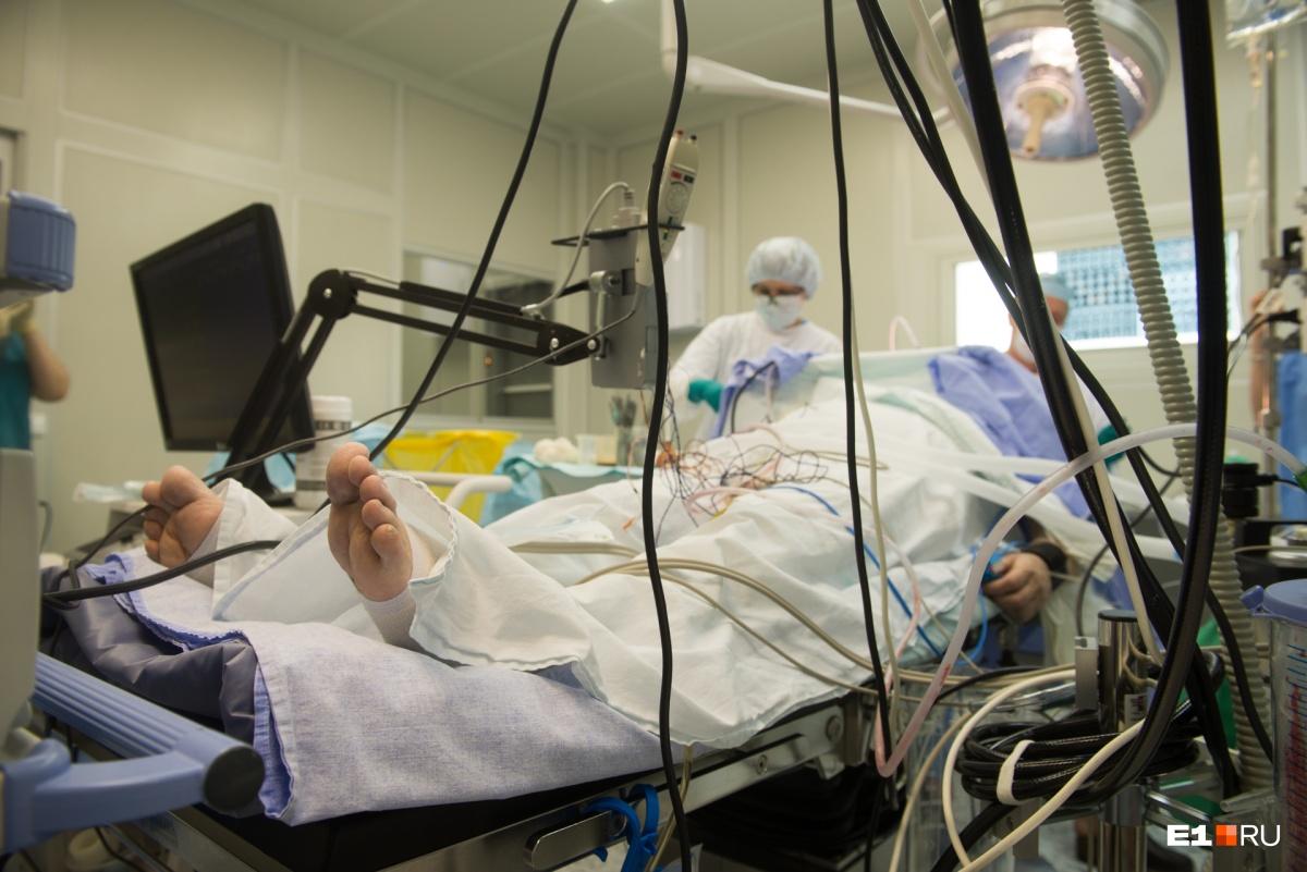 Будят, просят сосчитать до 10: как на Урале врачи выводят пациентов из наркоза во время трепанации