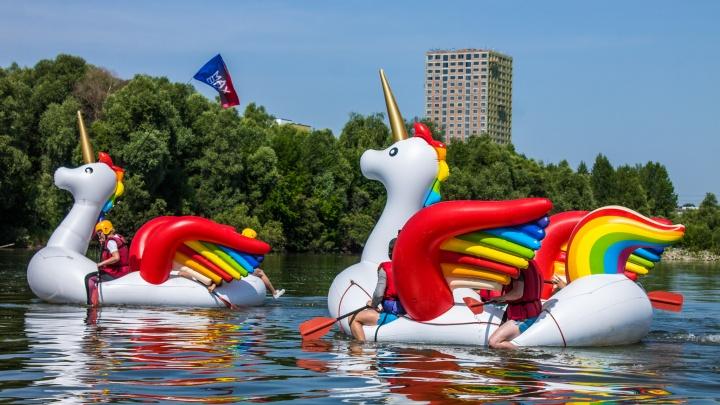 10 жарких фото с заплыва на единорогах — его участники так привлекают внимание к проблемам города