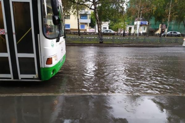 Во время дождя в Новосибирске топило дороги, дворы и подземные переходы