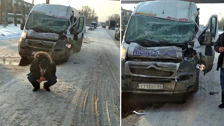 В Омске маршрутка № 51 столкнулась с КАМАЗом